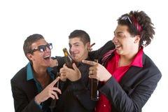 Drei Freunde, die mit Bier partying sind Stockfotografie