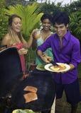 Drei Freunde an einem Grill Lizenzfreies Stockbild