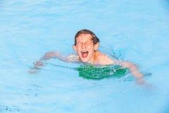 Drei Freunde haben Spaß im Pool Stockfotos
