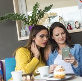 Drei Freunde sprechen lizenzfreies stockbild