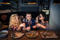 Drei Freundgesprächsgeschichten miteinander in der modernen Hauptküche am Stangenzähler lizenzfreie stockfotos