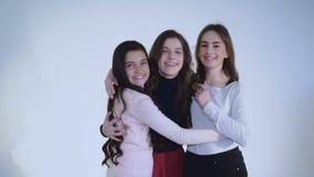 Drei Freundinnen, die an der Kamera lächeln, umfassen und sich freuen stock video footage