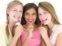 Drei Freundinnen mit dem Saugerlächeln stockfotos