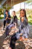 Drei Freundinnen schwingen auf dem Schwingen Stockbilder
