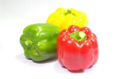 Drei frische Gemüsepaprikas auf weißem Hintergrund stockbild