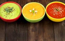 Drei frische Suppen auf einem Holztisch Lizenzfreie Stockfotografie