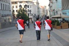 Drei Fußballfane in den T-Shirts mit der Aufschrift Ägypten und der Nr. zehn lizenzfreies stockfoto