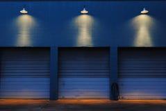 Drei Garagen nachts Stockfotografie