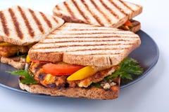 Drei gegrillte belegte Brote mit Hühnerfleisch Stockfotografie