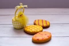 Drei gelbe Ostern-Plätzchen mit einem chik auf dem links Stockfotos