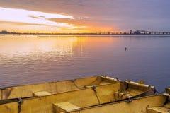 Drei gelbes Metallboote zusammen gebunden auf ruhigem See an Dämmerung unde Stockbild