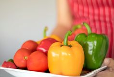 Drei Gemüsepaprikas auf einem hölzernen Hintergrund, Gemüsesalat mit frischem Gemüsepaprika kochend lizenzfreie stockfotos