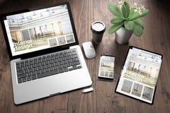 drei Geräte auf hölzerner TischplattenInnenarchitekturwebsite der ansicht lizenzfreies stockfoto