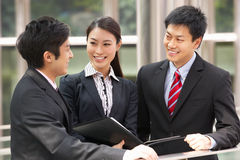 Drei Geschäfts-Kollegen außerhalb des Büros Stockfotografie