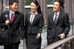 Drei Geschäfts-Kollegen, die Diskussion haben Stockbilder