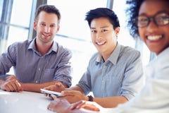 Drei Geschäftsfachleute, die zusammenarbeiten lizenzfreie stockfotos