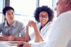 Drei Geschäftsfachleute, die zusammenarbeiten lizenzfreie stockbilder