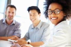Drei Geschäftsfachleute, die zusammenarbeiten stockfotografie