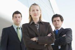 Drei Geschäftsleute außerhalb des Büros Lizenzfreies Stockfoto