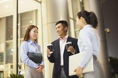 drei Geschäftsleute, die außerhalb des Büros sprechen Lizenzfreies Stockbild