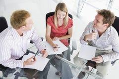 Drei Geschäftsleute in einem Sitzungssaal Stockbild