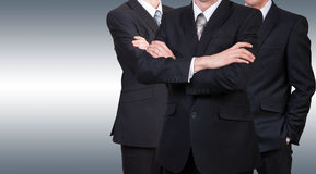 Drei Geschäftsmänner in den Klagen Geschäftskonzeptführer ARBEITSKRÄFTE Lizenzfreie Stockfotos