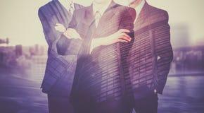 Drei Geschäftsmänner in den Klagen Geschäftskonzeptführer ARBEITSKRÄFTE Doppelte Berührung Stockbilder