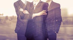 Drei Geschäftsmänner in den Klagen Geschäftskonzeptführer ARBEITSKRÄFTE Doppelte Berührung Stockbild