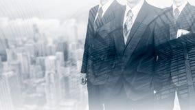 Drei Geschäftsmänner in den Klagen Geschäftskonzeptführer ARBEITSKRÄFTE Doppelte Berührung Stockfoto