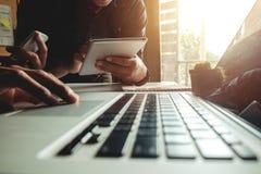 Drei Geschäftstreffenprofessioneller anleger, der zusammenarbeitet lizenzfreie stockfotografie