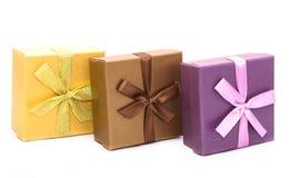 Drei Geschenkboxen mit dem Band lokalisiert Stockfotos