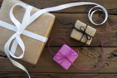 Drei Geschenke mit Band Stockfoto
