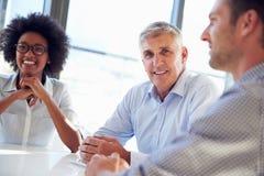 Drei Geschäftsfachleute, die zusammenarbeiten Stockfotos