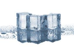Drei geschmolzene Eiswürfel stockfotos