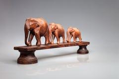 Drei geschnitzte Elefanten, auf einem Sockel Indien Lizenzfreie Stockfotos