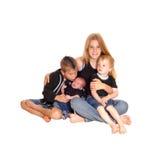 Drei Geschwister und ein drei-Wochen-altes Baby Lizenzfreies Stockfoto