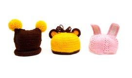 Drei gestrickte Hüte für Neugeborene Stockfotografie