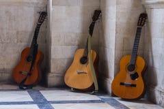 Drei Gitarren gegen die Wand in Griechenland Lizenzfreies Stockbild