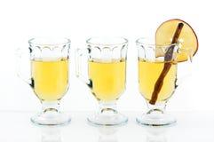 Drei Gläser Apple-Zider in der Reihe Stockfoto