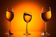 Drei Gläser auf orange Hintergrund Lizenzfreies Stockfoto