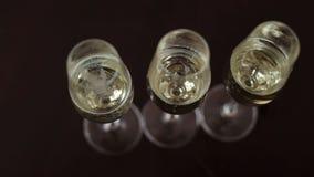 Drei Gläser der Champagnernahaufnahme auf schwarzem Hintergrund stock video footage