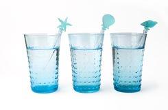 Drei Gläser Mineralwasser mit Stroh lizenzfreie stockfotografie