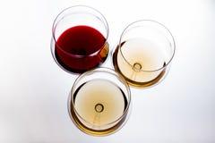 Drei Gläser mit Rot und Weißwein, die Draufsicht Lizenzfreies Stockfoto
