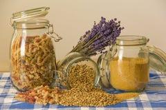 Drei Gläser mit Teigwaren, Linsen und Kuskus und Lavendel auf Lizenzfreie Stockbilder