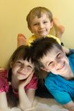 Drei glückliche Kinder lizenzfreie stockfotografie