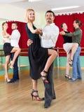 Drei glückliche Paare, die Tango tanzen stockfotografie