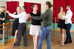 Drei glückliche Paare, die Tango tanzen stockfotos