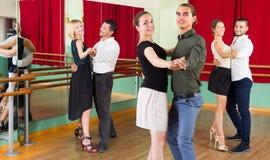 Drei glückliche Paare, die Tango tanzen lizenzfreies stockfoto
