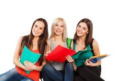 Drei glückliche Studenten, die zusammen mit Spaß stehen Lizenzfreies Stockfoto