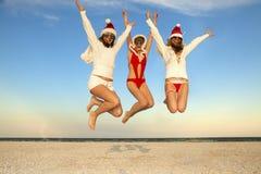 Drei glücklicher Weihnachtsmann, der Spaß hat stockfoto